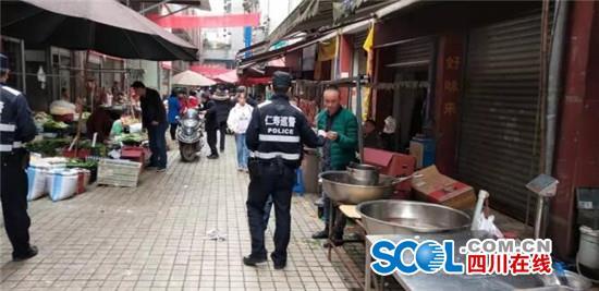 仁寿巡警上街宣传安全知识获赞